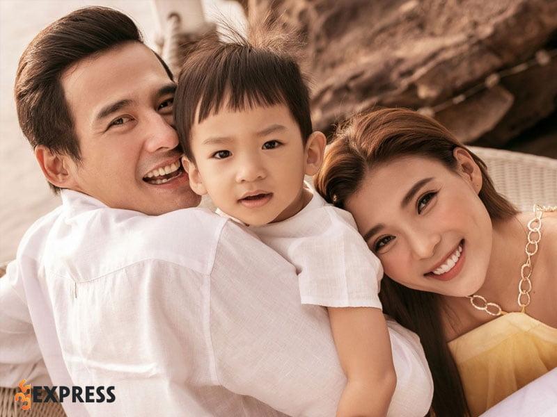 luong-the-thanh-va-thuy-diem-dep-doi-tu-doi-thuc-den-trong-phim-35express