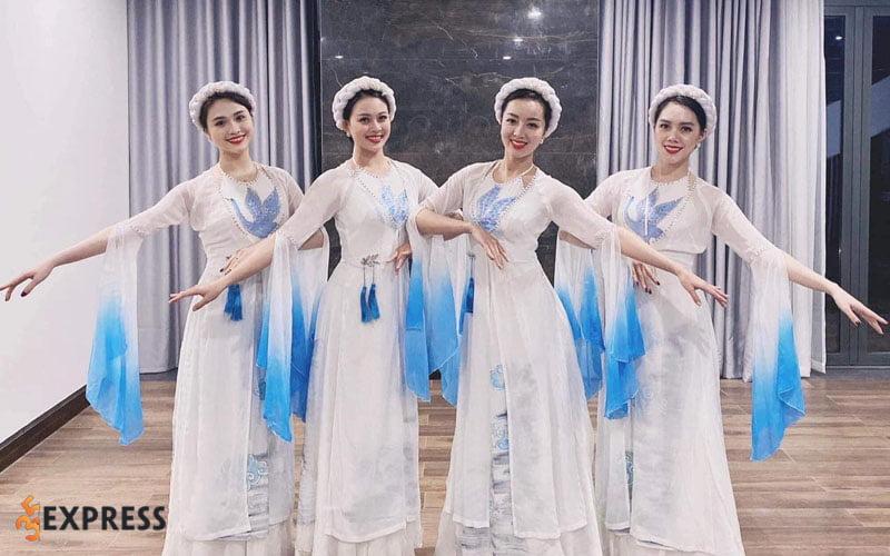 trang-phuc-bieu-dien-hong-hanh-35express