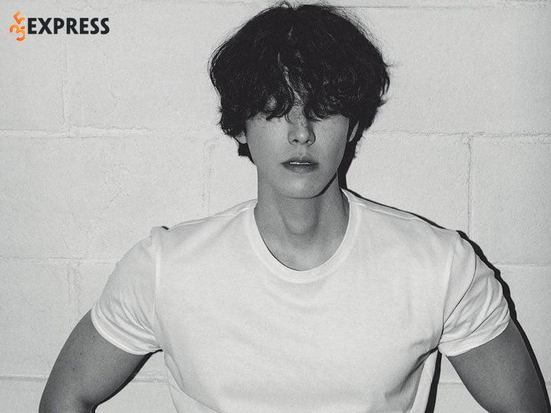 kim-woo-bin-phai-tam-dung-hoat-dong-khi-dang-o-dinh-cao-35express